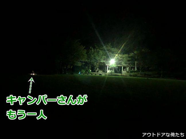 夜のライトアップされたキャンプ場