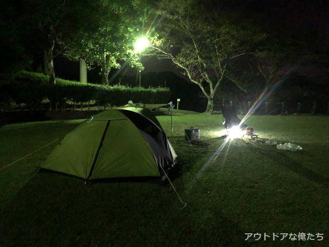 夜のライトアップされたテント