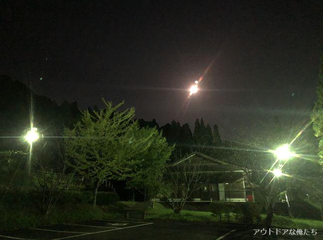 夜の駐車場と常夜灯
