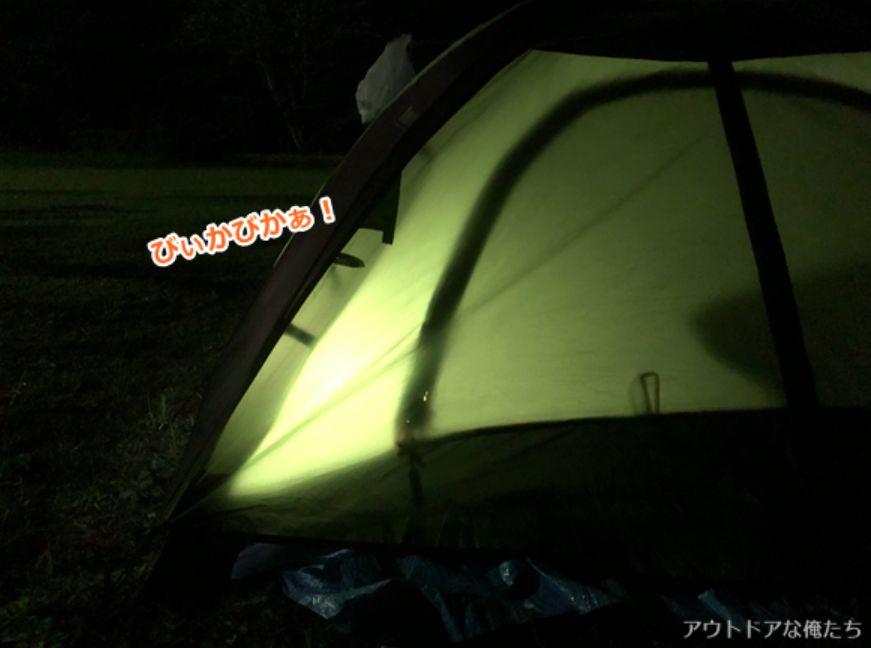 夜のテントと明かり