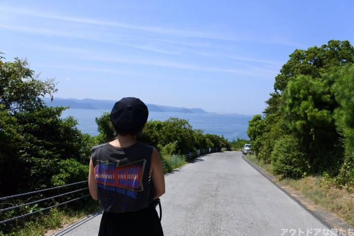 田舎道を歩く人
